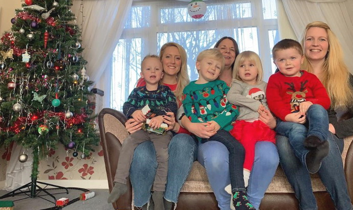 ESSEX MUMS GET TOGETHER FOR THEIR ANNUAL CHRISTMAS 'SOFA SELFIE'